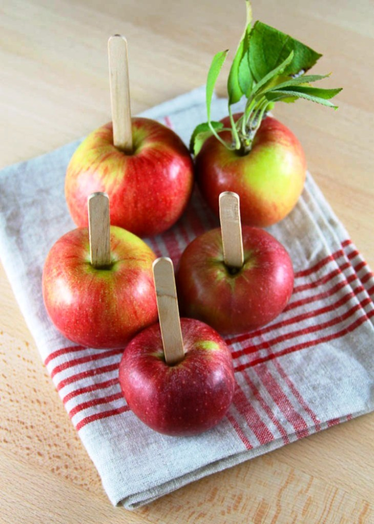 Apples to be plunged in caramel